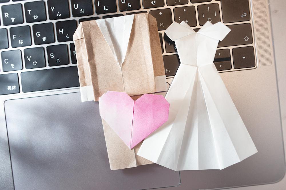 オンライン・リモートで行う結婚式や婚活。オンライン結婚・リモート婚・ウエディングとパソコン。